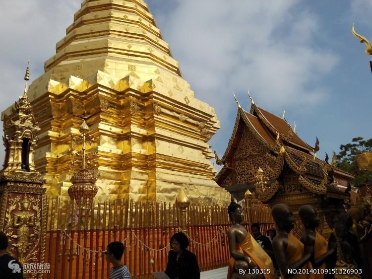 成都出发到泰国旅游必去景点(泰国清迈经典线路五日游)预订须知: 泰国旅游自费项目: 单房差:1000元/个 儿童:12岁以上同成人价格,12岁以下不占床同成人价格(如需占床到泰国后现补单房差) 为了您旅途方便,请您仔细阅读以下注意事项 天气与衣着: 泰国属于热带季风气候,整年都是夏季,炎热潮湿,全年平均气温28摄氏度,气温较高,4月平均气温为30摄氏度,12月为25摄氏度。全年可穿简单热天服装、建议游客带上夏装即可,最好多带些吸汗力强的T恤,女士应带好护肤及防晒用品,防止日晒过度;在参观皇宫和寺庙时,