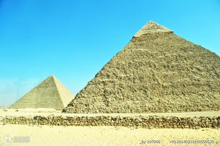 古埃及所有金字塔中最大的一座,是第四王朝法老胡夫的金字塔。这座大金字塔原高146.59米,经过几千年来的风吹雨打,顶端已经剥蚀了将近10米。在1889年巴黎建筑起埃菲尔铁塔以前。胡夫的金字塔,除了以其规模的巨大而令人惊叹以外,还以其高度的建筑技巧而得名。塔身的石块之间,没有任何水泥之类的粘着物,而是一块石头叠在另一块石头上面的。每块石头都磨得很平,至今已历时数千年,就算这样,人们也很难用一把锋利的刀刃插入石块之间的缝隙,所以能历数千年而不倒,这不能不说是建筑史上的奇迹。另外,在大金字塔身的北侧离地面13