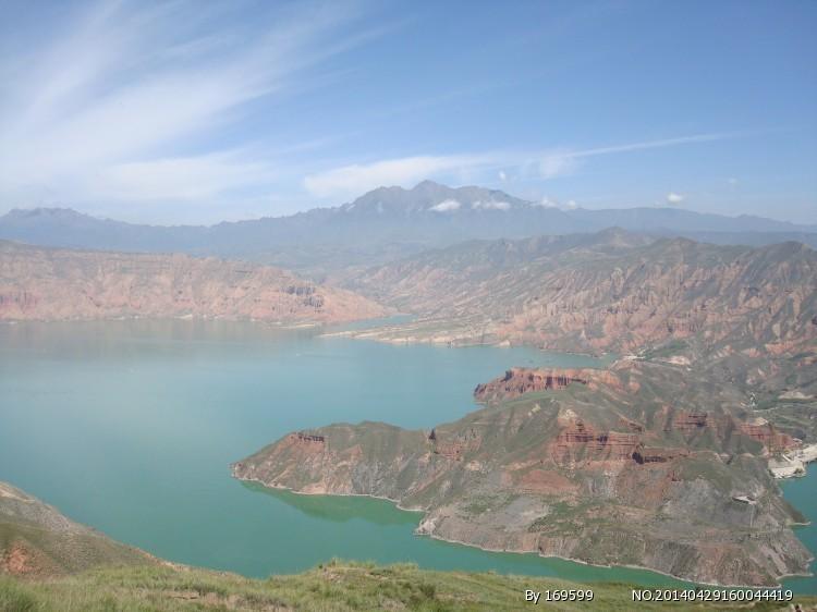 """早餐后参观卓尔山景区(参观约1.5小时),卓尔山属于丹霞地貌,由红色砂岩、砾岩组成。藏语称为""""宗穆玛釉玛"""",意为美丽的红润皇后。紧靠八宝河与藏区神山阿咪东索(牛心山)隔河相望。站在卓尔山顶视野极度开阔,四周没有任何遮拦,山对面是一山尽览四季景色的牛心山,左右两侧分别是拉洞峡和白杨沟风景区,背面是连绵起伏的祁连山,山脚下滔滔八宝河像一条白色的哈达环绕在县城周边。途经 岗什卡雪峰,亦名冷龙岭主峰, 海拔5254."""