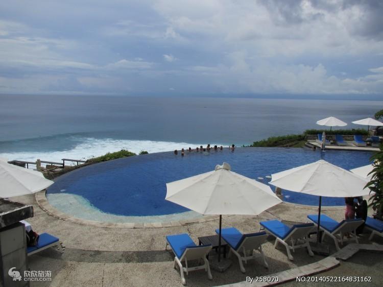 早餐后,出发前往被称之为文化艺术村的乌布,是巴厘岛最具有文化气息的地区。许多最知名的博物馆以及美术馆都汇聚在此。远离主要街道,路旁有一些有趣的商店及舒适怡人的咖啡厅,还有一些值得探索的乡间美景,悠闲享受【乌布艺术长廊下午茶】。游览【乌布皇宫】外观,乌布皇宫是乌布王朝在16世纪所建造的皇宫,遗址内虽已无国王居住,但据说还有其皇族后裔深居其中,皇宫外观雄伟的石刻技术堪称一绝,内部装潢更是金碧辉煌令人赞叹不已。在乌布,手工作坊和卖艺术品的小店随处可见。午餐后前往闻名全球的【海神庙】Tanah Lot坐落在海中形