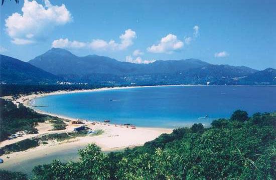 大鹏半岛在广东省中南部,深圳市东南部海岸.大鹏湾和大亚湾之间.