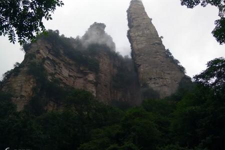 长沙岳麓山、张家界大峡谷、天门山玻璃栈道、宝峰湖凤凰四天高铁