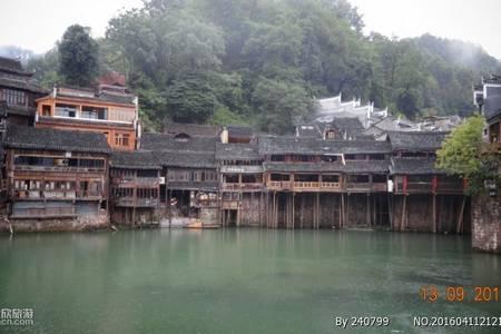 湖南凤凰古城、红石林、张家界溪布街、宝峰湖汽车三日游