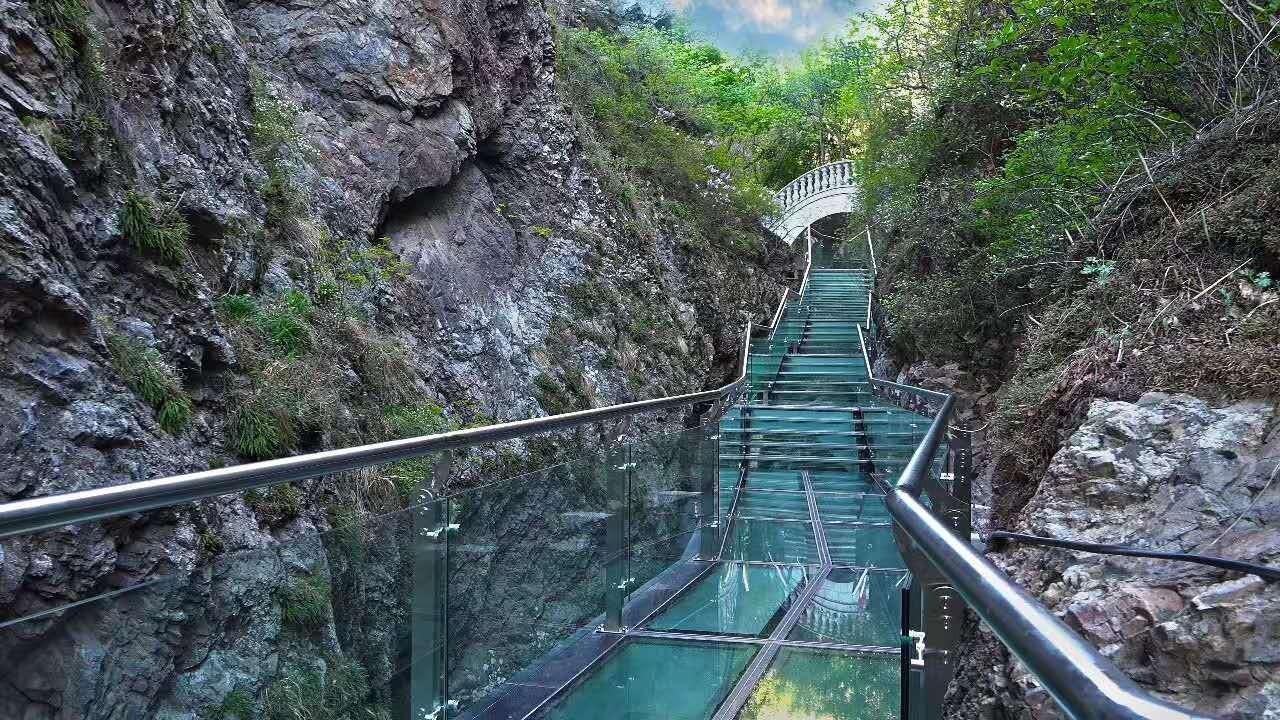 盖州市赤山风景区在一处峡谷上新安装了透明玻璃栈道,让游客眼前一亮.