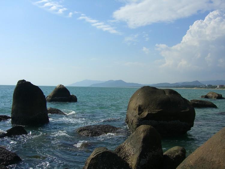 天涯区,距主城区西南约23公里处,背对马岭山,面向茫茫大海,是海南建省20年第一旅游名胜,新中国成立60周年海南第一旅游品牌,国家AAAA级旅游景区。景区海湾沙滩上大小百块石耸立,天涯石、海角石、日月石和南天一柱突兀其间,沙滩上大小百块磊石耸立,上有众多石刻。清代雍正年间崖州州守程哲所书,勒石镌字海判南天,这是天涯海角最早的石刻。