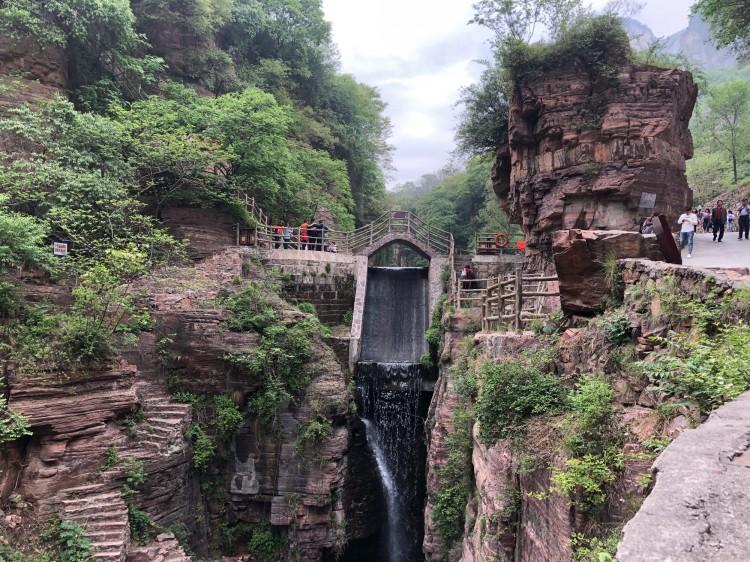 10:00左右抵达万仙山风景区,沿途游览长达1250米的绝壁长廊,郭亮洞,红