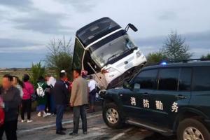 心痛!青海一大巴车与货车相撞,1名女导游当场死亡