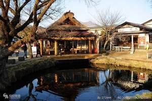 """忍野八海是位于山梨县山中湖和河口湖之间忍野村的涌泉群。因为错落有致地散布着八个清泉,""""忍野八海""""故而得名且名扬四方。  据说忍野八海在1200年前就有了,是富士山融化的雪水经流经地层过滤成清澈的淡泉水,成为了如今这8处涌出的泉水。分别是:御釜池、底无池、铫子池、浊池、涌池、镜池、菖蒲池和出口池,平均水温约摄氏十三度,水质清冽甘甜,被誉为""""日本九寨沟""""。  八海意为八个池塘,是忍野地区指定的国家自然风景区,1985年入选""""日本名水百选""""。为国家指定天然记念物、名水百选、新富岳百景之一。 延历19年-21年(800年-802年),富士山发生延历喷发,宇津湖分为山中湖与忍野湖。后来忍野湖干竭,变为盆地,但涌水口泽变为泉水,即今日的忍野八海。  忍野村以其优美的自然环境闻名。五月到九月间群芳争艳,五月有鸢尾花、六月有羽扇豆、七月有向日葵、八月有秋樱。八个泉水池,其秀丽的田园风光,池水波光与美丽的富士山合为一体,其情其景,美不胜收。无数摄影家前来捕捉富士山与忍野村保存完好的自然美景。"""