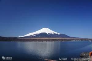"""富士山在日语中的意思是""""火山"""",它海拔3776米,面积为90.76平方公里,屹立于本州中南部,跨静冈、山梨两县,东距东京80公里。是日本国内的最高峰,也是是世界上最大的活火山之一,目前处于休眠状态,但地质学家仍然把它列入活火山之类。这座被日本人奉为""""圣岳""""的山峰自781年有文字记载以来,共喷发了18次,最后一次喷发是在1707年,此后休眠至今。山顶上的两个火山口形成了两个美丽的火山湖,山麓处还有火山喷发后留下了千姿百态的山洞,有些仍在不断喷气。富岳风穴内的洞壁上则结满了钟乳石似的冰柱,被称为""""万年雪""""。  富士山四周有剑峰、白山岳、久须志岳、大日岳、伊豆岳、成就岳、驹岳和三岳等""""富士八峰""""。富士山有4个主要登山口,分别为富士宫口、须走口、御殿场口、富士吉田(河口湖)口,其中前三个在静冈县内。坐落在顶峰上的圣庙──久须志神社和浅间神社是富士箱根伊豆国立公园的主要风景区,也是游人常到之地。  富士山北麓有富士五湖,从东向西分别为山中湖、河口湖、西湖、精进湖和本栖湖,湖光山色十分宜人。河口湖中所映的富士山倒影,被称作富士山奇景之一。湖东南的忍野村,有涌池、镜池等8个池塘,总称""""忍野八海"""",与山中湖相通。南麓是一片辽阔的高原牧场,绿草如茵,牛羊成群。一年四季不但自然景色妩媚之至,且还有种种休闲活动的场所。夏季适于露营、游泳、钓鱼等,冬季则是滑雪滑冰的好场所。据说,在山顶的火山湖中沐浴一下,能消灾免祸。  从东京都厅观景台眺望,在天气晴好时,可以看到富士山的优美景色。  中文名称:富士山   日文名称:ふじさん   英文名称: Fuji Mount  海拔:3775.63米  位置:日本(静冈县、山梨县)  山脉:孤立  座标:北纬35.358度,东经138.731度  类别:活火山(1776年曾喷发过一次)  首次登顶:663年  富士山作为日本的象征之一,在全球享有盛誉。它也经常被称作""""芙蓉峰""""或""""富岳""""以及""""不二的高岭""""。自古以来,这座山的名字就经常在日本的传统诗歌《和歌》中出现。   富士名称源于虾夷语,现意为""""永生"""",原发音来自日本少数民族阿伊努族的语言,意思是""""火之山""""或""""火神""""。山体呈优美的圆锥形,闻名于世,是日本的神圣象征。  现在,富士山被日本人民誉为""""圣岳"""",是日本民族引以为傲的象征。富士山山体高耸入云,山巅白雪皑皑,放眼望去,好似一把悬空倒挂的扇子,因此也有""""玉扇""""之称。     富士山别名为圣山      富士山是日本第一圣山,跨越静冈、山梨两县县境,属富士火山带系山脉的主峰,呈圆锥形,山麓则为优美的裙摆下垂弧度,正好位于骏河湾至系鱼川之间的大地沟地带上。海拔三七七六公尺,比我国的玉山略低,但却正如她'不二的高岭'别称一样,拥有傲视日本第一的高度及完美无瑕疵、端庄秀丽的姿态。   过去,由于静冈县的旅游业大多倾向高级、精致的经营方式,因此价格颇高;台湾旅游团体行经富士山,旅行社的安排自然选择了较为平价、属山梨县境内的河口湖或山中湖畔住宿游览。不过,静冈人往往会理直气壮的告诉你富士山的正面只有在静冈县才能一窥全豹,山梨县看到的不过是背影。   作为日本自然美景的最重要象征,富士山是距今约一万年前,过去曾为岛屿的伊豆半岛,由于地壳变动而与本州岛激烈互撞挤压时所隆起形成的山脉,是一座有史以来曾记载过十几次喷火纪录的休火山。   山顶为直径约八百公尺,深度二百公尺的火山口,据在空中鸟瞰则有如一朵灿开的莲花般美丽,不过那是极少数人才能有幸亲身领会的另一种风貌。地理  山体呈圆锥状,共喷发18次,最近一次喷发在1707年。虽处于休眠状态,但仍有喷气现象。形成约有 1 万年,是典型的层状火山。基底为第三纪地层。第四纪初,火山熔岩冲破第三纪地层,喷发堆积形成山体,后经多次喷发,火山喷发物层层堆积,成为锥状成层火山。山上有植物2000余种,垂直分布明显,海拔500米以下为亚热带常绿林,500~2000米为温带落叶阔叶林,2000~2600米为寒温带针叶林,2600米以上为高山矮曲林带。山顶终年积雪。北麓 5 个堰塞湖(富士五湖:山中、河口、西、精进、本栖),映照着皑皑白雪 ,湖光山色,风景幽美,是日本的游览胜地。辟有各种公园 、科学馆、博物馆和各种游乐场所。山顶有巨大的火山口,直径约800米,深约200米。   富士山是典型的成层火山,从形状上来说,属于标准的锥状火山,具有独特的优美轮廓。至今为止,富士山在山体形成过程中,大致可以分为三个阶段:   小御岳,古富士,新富士   其中,小御岳年代最为久远,是在数十万年前的更新代形成的火山。   古富士是从8万年前左右开始直到1万5千年前左右持续喷发的火山灰等物质沉降后形成的,其高度接近标高3000米。据估计,当时的山顶位于现在的宝永火山口北侧1-2公里处。   由于火山口的喷发,富士"""