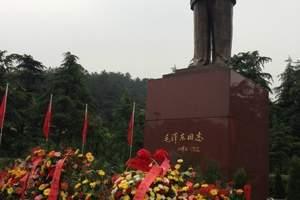 """毛泽东铜像位于韶山毛泽东纪念馆大门前80米处,像区占地5200平方米。是经中共中央批准兴建的纪念毛泽东百周年诞辰重点献礼工程。 毛泽东铜像重3.7吨,像高6米,基座高4.1米,通高10.1米,象征着""""10.1""""国庆,更象征着毛泽东是新中国的缔造者。像面朝东南方,身着中山装,左胸前挂着""""主席""""证,手执文稿,目光炯炯,面带微笑,正视前方,巍然挺立,成功地再现了人民领袖毛泽东出席开国大典时的风采。铜像褐红色大理石基座正面,镌刻着中共中央总书记、国家主席、中央军委主席江泽民1992年题写的""""毛泽东同志""""五个贴金大字。 铜像由著名雕塑大师、中国美术馆馆长刘开渠和他的高足国家一级美术师程允贤设计,国家一级企业、航空航天工业部南京晨光机器厂铸造。 1993年12月20日上午,江泽民同志专程赴韶山为毛泽东铜像揭幕。 铜像广场十分雄伟大气,植有松、柏,花坛中植有冬青、山茶、月季等,向主席敬献了花篮,瞻仰伟人雄姿,拍照留念,感受一代伟人骄人的风采和无往而不前的巨大力量。 在广场中轴线瞻仰大道入口处有一块景观石。有一块景观石,题刻中国书法家协会原主席沈鹏先生的""""中国出了个毛泽东""""几个大字。大道两旁有对称的六处小景观石,分别题刻《沁园春雪》等毛主席诗词。周围绿化区的植物以""""四季见红""""来配置,乔木、灌木相结合。 瞻仰空间面积1112平方米,铜像三面环绕56株雪松,象征我国56个民族团结在党中央周围,形成厚实壮观的背景林效果。该区域主要供游客鲜花、瞻仰,表达对毛主席的崇敬和思念之情;参观空间面积1700平方米,与瞻仰空间相差12级台阶,主要供游客留影及大型纪念活动的表 演舞台使用;纪念空间面积5950平方米,与参观空间相差12级台阶。该区域主要供游客疏散、纪念活动、集会;休闲空间区域主要定位于游客休闲与参观铜像前瞻仰气氛的营造,在中轴线上布置有景观大道和诗刻石景。"""