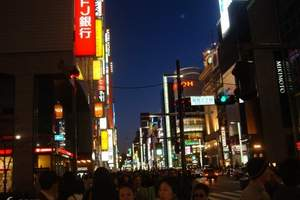 """银座是日本东京中央区的一个主要商业区,以高级购物商店闻名,是东京其中一个代表性地区。 概要 银座位于日本中央区西部,分为银座一丁目至银座八丁目。银座四丁目与银座五丁目之间被晴海通所分隔,全部8个丁目由中央通贯通。银座是高级商店街的象征,因此日本各地商店街常可见冠以银座之名的""""某某银座""""。 历史 银座的名称源自江户时代初期,1612年,银锭铸造所由骏府(今日静冈市)迁至江户(今日东京)现银座之地,因此被名为银座。到明治时代,1872年银座一带发生火灾,灾后建成了不少两至三层高,由英国建筑师汤马士·华达士 设计,以砖建成的建筑物,并设置煤气路灯,成为当时日本文明开化的象征街道,称作""""银座砖瓦街""""。1877年,道路两旁开始种植行道树。 1923年9月1日关东大地震发生,经灾后重建,银座变成繁华地区。1966年,银座西面原江户城外堀(护城河) 、南面的汐留川与北端的京桥川被填平以兴建东京高速道路高架桥。高速道路下层建成商店街,由于行政区划未被确定,被俗称为银座9丁目。 今日银座的主要道路,在星期六、日中午到傍晚会被封闭,成为日语称作""""步行者天国""""的行人专区。银座设有多家百货公司,包括和光、三越、松屋、松坂屋、Melusa(メルサ)、春天百货银座等,高级品牌专门店如爱马仕、Gucci、Chanel,亦有各式饮食店及高级餐厅,高级夜总会等。根据国土交通省统计,银座在日本全国商业地产价格中,连续9年排行第一位,近年在银座旁的东京站丸之内出口重建计划,将令其第一位继续维持。"""