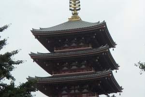 """浅草寺是东京都内最古老的寺庙。相传,在推古天皇三十六年(公元628年),有两个渔民在宫户川捕鱼,捞起了一座高5.5厘米的金观音像,附近人家就集资修建了一座庙宇供奉这尊佛像,这就是浅草寺。其后该寺屡遭火灾,数次被毁。到江户初期,德川家康重建浅草寺,使它变成一座大寺院,并成为附近江户市民的游乐之地。除浅草寺内堂外,浅草寺院内的五重塔等著名建筑物和史迹、观赏景点数不胜数。每年元旦前后,前来朝拜的香客,人山人海。  寺院的大门叫""""雷门"""",正式名称是""""风雷神门"""",是日本的门脸、浅草的象征。雷门是公元942年为祈求天下太平和五谷丰登而建造的。几经火灾焚毁,后于1960年重建。雷门正门入口处左右威风凛凛的风神和雷神二将,镇守着浅草寺。雷门最著名的要数门前悬挂的那盏巨大的灯笼,远远可见黑地白边的""""雷门""""二字,赫然醒目,着实为浅草寺增添不少气派。人们为了祈祷风调雨顺和五谷丰登而供拜这两座神,门内有长约140米的铺石参拜神道通向供着观音像的正殿。作为了解日本民族文化的旅游名胜,来自世界各国的游客,络绎不绝。  寺西南角有一座五重塔,仅次于京都东寺的五重塔,为日本第二高塔。寺东北有浅草神社,造型典雅,雕刻优美。  浅草有名目繁多的节日,一年四季都有庆祝活动。"""