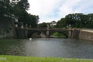 皇居是日本天皇居住的皇宫,是江户幕府于1457年所建的城堡,1888年才成为日本天皇的居所。城廓外面有广阔的护城河围绕。二重桥位于皇居正门前,因护城河水深,旧桥较低,所以在桥上再搭一座桥,称为二重桥(前方为正门石桥,又称眼镜桥),是东京都内最佳的拍照地点。