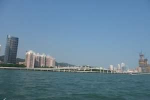 """是我国第一座跨越海峡的公路大桥,由主桥,集美立交桥,高崎引道和自动化管理系统组成。始建于1987年10月1日,1991年5月试通车。中共中央总书记、中华人民共和国主席江泽民亲笔题写""""厦门大桥""""四个大字,并于1991年12月19日亲自为厦门大桥正式通车剪彩。主桥长2070米,桥面宽23.5米。直通式集美立交桥由七座匝道桥组成。高崎引道长855米,路面宽23.5米,为一级公路标准。厦门大桥南侧,建有桥头公园。"""