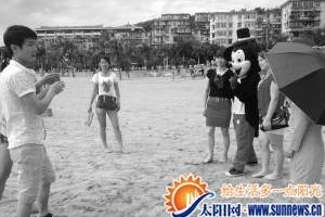 """""""米老鼠""""拦住合影者要钱 厦门旅游协会呼吁联合整治"""