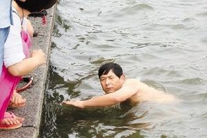 杭州保安跳西湖为游客捞表获赞