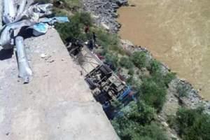 西藏尼木县境内1辆载40余人大巴坠10米深悬崖
