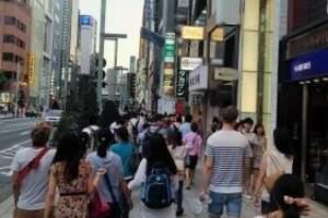 日媒:中国游客在日爆买行李箱 占道装箱困扰路人
