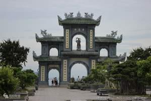 灵应寺位于岘港的山茶半岛山,地理位置优越,在寺庙的任一角度都可以眺望到大海。 灵应寺中供奉的是东南亚最高的白玉观世音菩萨像。寺庙的两旁都是以大理石做成,还有姿态各异的罗汉摆设。由于灵应寺是由在越南的华人建造的,所以可以看到寺院内各殿的楹联几乎都是汉字。