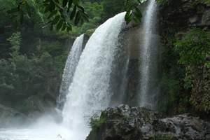 """青山沟风景名胜位于辽东宽甸县北部山区,全区面积约127。4平方公里。""""青山湖""""、""""飞瀑涧""""、""""虎塘沟""""、三大景区浑然一体,构成一幅巨大的天然画卷。   飞瀑涧景区第一景观是闻名遐尔的辽宁省第一大瀑布""""青山飞瀑""""。瀑布从32米高的断层峭壁上,腾空直下,犹如玉带银河,飞流激起雷鸣般的声响,景象十分壮观。瀑布下游200米处是""""仙女潭""""、""""小石径""""、""""镇水石""""、置身其间,如入仙境。""""仙女潭""""的北峰有当年杨靖宇将军的临时指挥所、""""靖宇泉""""。对应的南峰上有""""通天门""""和""""将军领""""。"""